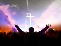 Kyrkligt dyrkanbegrepp: Kristen som lyfter deras händer i beröm och dyrkan på en nattmusikkonsert arkivfoto