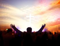 Kyrkligt dyrkanbegrepp: Kristen som lyfter deras händer i beröm och dyrkan på en nattmusikkonsert arkivfoton