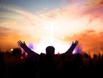 Kyrkligt dyrkanbegrepp: Kristen som lyfter deras händer i beröm och dyrkan på en nattmusikkonsert royaltyfria bilder
