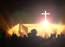 Kyrkligt dyrkanbegrepp: Kristen som lyfter deras händer i beröm och dyrkan på en nattmusikkonsert royaltyfri foto