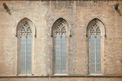 Kyrkligt fönster av Catedralen Del Mar i Barcelona Arkivfoton