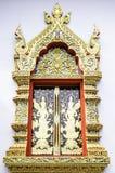 Kyrkligt fönster i templet Thailand royaltyfria foton