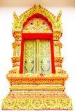 Kyrkligt fönster i templet Thailand arkivbilder