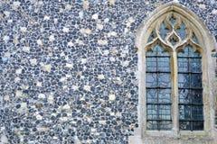 Kyrkligt fönster och vägg Arkivfoto