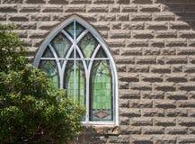 kyrkligt gammalt fönster Arkivfoto