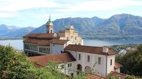 kyrkligt gammalt Sacro Monte Madonna del Sasso With Mountains sikt arkivfoton