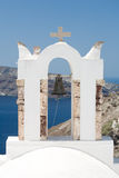 Kyrkligt klockatorn vid havet Arkivfoton