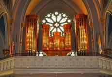 Kyrkligt organ framme av det dekorativa fönstret Arkivbilder