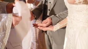 kyrkligt ortodoxt bröllop Bröllopceremoni, bruden och brudgum i den ortodoxa kyrkan arkivfilmer