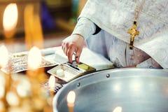 Kyrkligt redskap på ett altare, ollon, kors på det kyrkliga altaret, Arkivbild