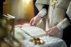 Kyrkligt redskap på ett altare, ollon, kors på det kyrkliga altaret, Royaltyfria Foton
