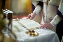 Kyrkligt redskap på ett altare, ollon, kors på det kyrkliga altaret, Arkivfoton
