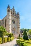 Kyrkligt Sankt surt av Terrasson Lavilledieu med trädgården - Frankrike arkivfoto