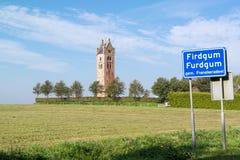 Kyrkligt torn av Firdgum, Friesland, Nederländerna Arkivfoto