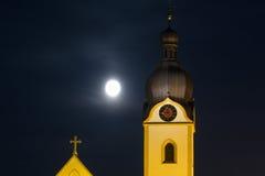 Kyrkligt torn av Schwandorf Arkivfoton