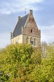 Kyrkligt torn för Frisian i höst royaltyfri bild