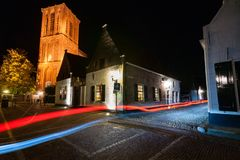 Kyrkligt torn i en gata på den historiska byn, Elburg i th royaltyfria foton