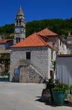 Kyrkligt torn i liten pittoresk stad av kraft Royaltyfri Bild
