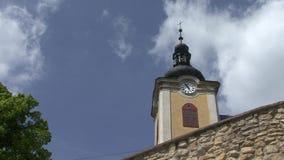 Kyrkligt torn med att slå för klockor arkivfilmer
