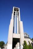 Kyrkligt torn med bakgrund för blå himmel Arkivbild