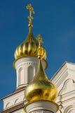 Kyrkligt torn med en kupol och ett kors Royaltyfria Foton