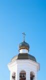 Kyrkligt torn med klockor och det ortodoxa korset Royaltyfri Foto