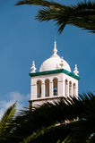 Kyrkligt torn med korset Arkivbild