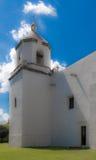 Kyrkligt torn mot en blå himmel royaltyfria foton
