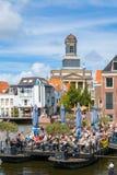 Kyrkligt torn och kafé på Rhenkanalen, Leiden, Nederländerna Royaltyfri Foto