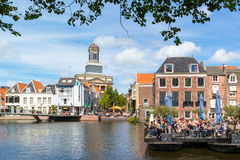 Kyrkligt torn och utomhus- kafé på Rhenkanalen, Leiden, Netherland Arkivbild
