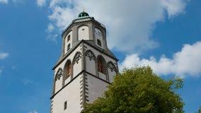Kyrkligt torn på en blåaktig bakgrund i den Meissen staden i Sachsen, G arkivbild