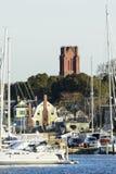 Kyrkligt torn som står över marina Royaltyfri Bild
