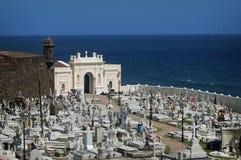 Kyrkogård bredvid havet i San Juan Royaltyfria Bilder