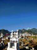 Kyrkogård i en solig dag av Oaxaca berg Royaltyfri Foto
