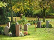 Kyrkogård i hösten Arkivbild
