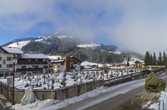 Kyrkogård i Kirchberg i Tyrol, Österrike arkivbild