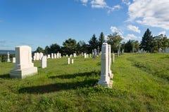 Kyrkogård i ljus för sen eftermiddag Arkivbild