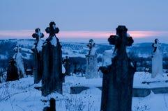 Kyrkogård kyrkogård med gravstenvinter på gryning Arkivbild