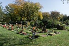 Kyrkogård med blommor och monument royaltyfri fotografi