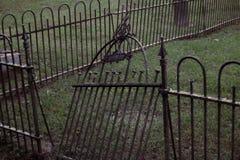 Kyrkogård med den brutna porten royaltyfri fotografi