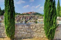 Kyrkogård med den medeltida staden av Labin, Kroatien, i backgren Arkivfoto