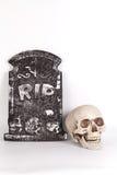 Kyrkogård med skallen och gravar Royaltyfri Fotografi