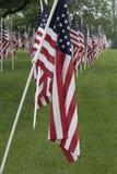 Kyrkogård med USA-flaggorna royaltyfria bilder