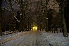 Kyrkogård och en kyrka Fotografering för Bildbyråer