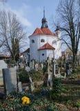 Kyrkogård och kyrka i Bechyne Arkivbilder