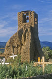 Kyrkogård och kyrkliga klockor i puebloen, NM Arkivbilder