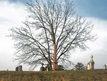 Kyrkogård på en kulle Royaltyfri Fotografi