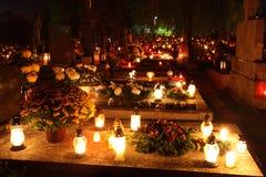 Kyrkogård på natten arkivfoto