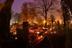 Kyrkogård som dekoreras med stearinljus royaltyfria bilder