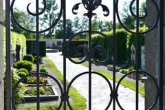 Kyrkogård till och med ett staket Royaltyfria Bilder